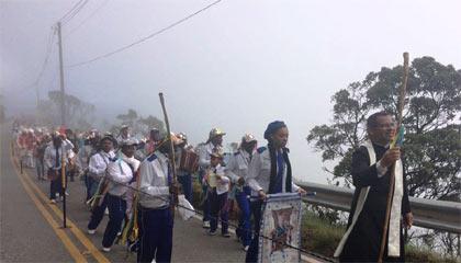 Foto de grupos de congados subindo a serra em direção ao Santuário
