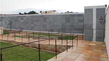 Foto de vista parcial do cemitério em acabamento