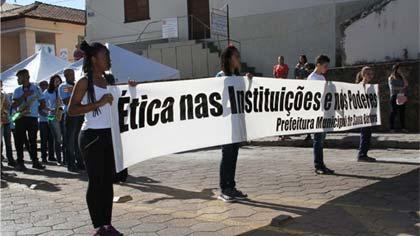 Foto de faixa sobre ética nas instituições durante o desfile