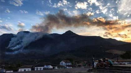 Foto de vista do incêndio a partir da cidade