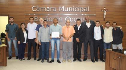 Foto oficial dos homenageados com vereadores
