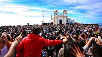 Foto de público no espaço aberto do Santuário