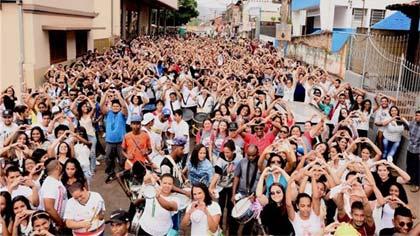 Foto da caminhada pela avenida de Barão de Cocais