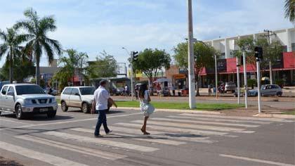 Foto de pedestres atravessando na faixa