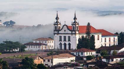 Foto da praça e igreja de Catas Altas