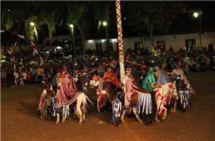 foto de flash da encenação da cavalhada em Brumal
