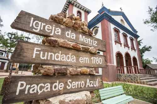 Foto da igreja na cidade cenográfica de Serro Azul