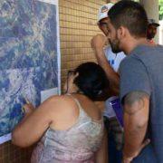 Foto de Populares consultando o mapa