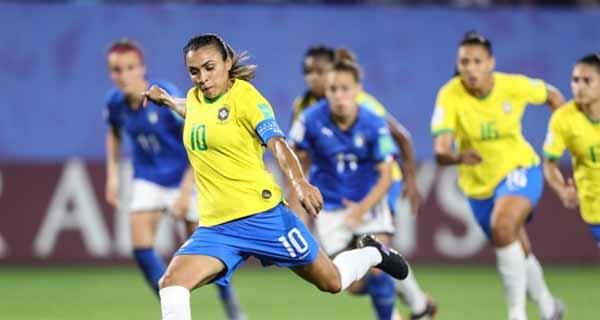 Foto de Marta com a bola no jogo contra a Itáliaa