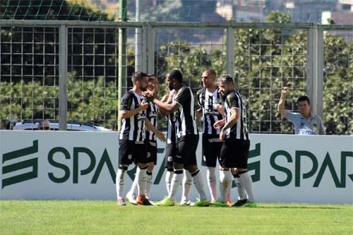 foto de comemoração de gol do Figueirense