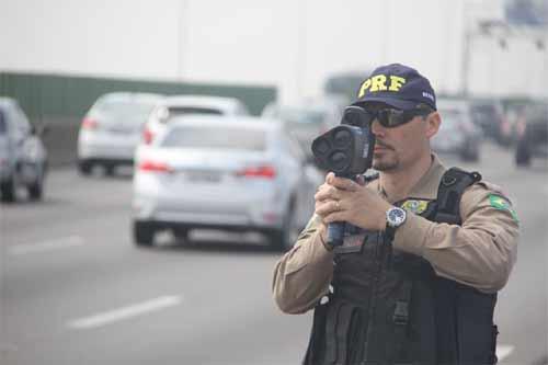 Foto de policial com o radar móvel em BR