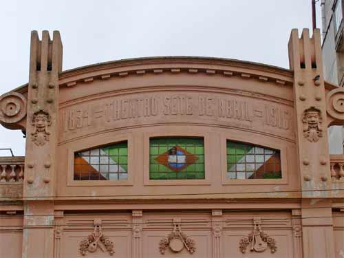 Foto da fachada do Teatro Sete de Abril