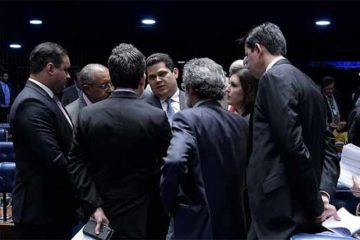 foto do presidente do Senado com parlamentares
