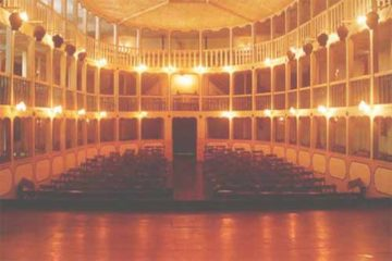 Foto do interior do teatro