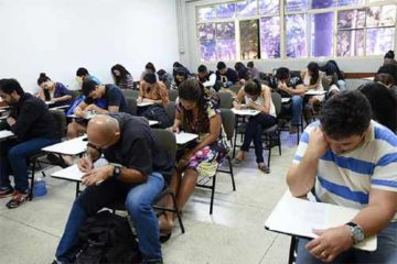 Foto de sala com alunos em prova