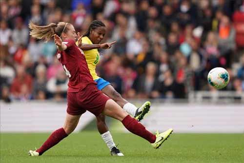 foto de lance de disputa no jogo
