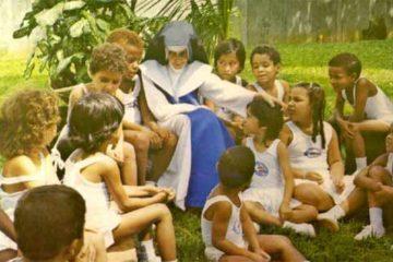 foto da irmã Dulce, com crianças