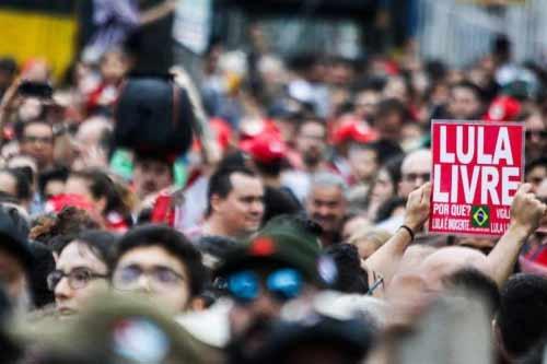 Foto de manifestação na recepção a Lula solto