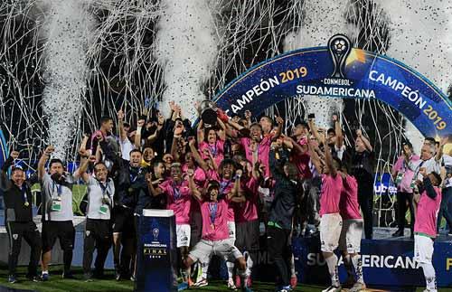 Foto do grupo com o troféu