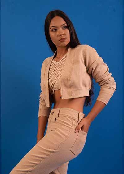 Modelo com o jens de algodão colorido