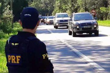 Foto de policial fiscalizando trânsito na estrada